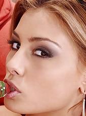 Aneta Keys inserts a glass dildo