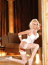 Blond babe Wiska in sexy stockings