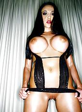 Audrey Bitoni gets herself cumming
