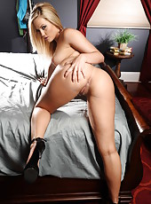 Sympathetic babe Alexis Texas willingly shows off her perfect big ass