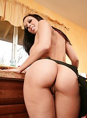 Rachel Starr takes off her sexy jeans and shows off her fantastically curvy forms