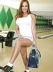 Delicious hottie Ice La Fox shows off her big tits in the bowling club