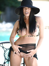 Magnificent milf bombshell Vanilla Deville teases with her fantastic forms
