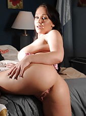 Voluptuous and curvy lady Chloe Reese Ryder spreads her sweet butt