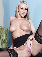 Sexy milf Carolyn Reese really enjoys doing naughty things on camera