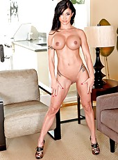 Beautiful coquette Jewels Jade demonstrates her sportive body and spreads pussy