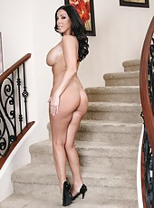 Rebellious milf Veronica Rayne spreading ass and posing on the stairs