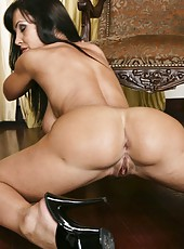 Obedient milf Lisa Ann hiding her face and fingering trimmed snatch