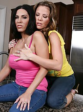 Kayla Synz and Veronica Rayne acting like lesbians and doing dirty things
