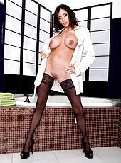 Passionate and elegant brunette lady Ariella Ferrera rubs her sweet pussy