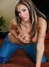 Fabulous and tanned girl Amy Ried undresses her sexy jeans for you