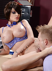 Horny brunette mommy Joslyn James shows an incredible and hot fuck