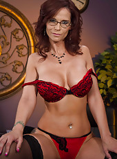 Strict-looking milf Syren De Mer is not against to demonstrate her body