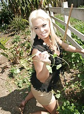 Blonde bombshell with big tits Rhylee Richards was gardening and met her lucky neighbour