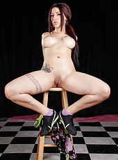 Tattooed brunette Daisy Cruz working with shaved snatch right on the floor