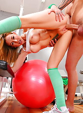 Scarlett Pain loves to have fun with guys in the gym and swallow their cocks