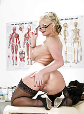 Mature Phoenix Marie takes off her lingerie and shows huge ass and big tits at the doctor