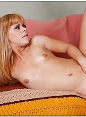 Adventurous babe Elizabeth Bentley showing some cock sucking skills
