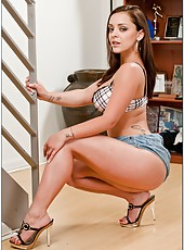 Foxy slut Liza Del Sierra showing her magnificent curves and her divine boobs