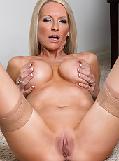 Astounding mature babe Emma Starr wearing lingering and masturbating
