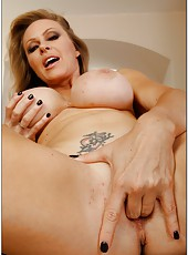 Staggering milf Dyanna Lauren showing her body and masturbating pussy