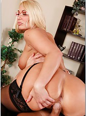 Blonde chick Mellanie Monroe shows her great ass and puts a dick in the mouth
