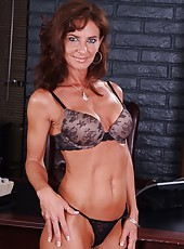Mature Sarah Bricks invited her subordinate because she wants to get pleasure
