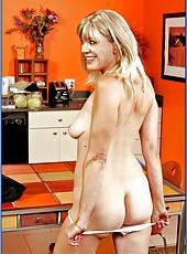 Naughty mature blonde Liz Summers cooks orgasmic dish at the kitchen