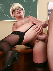Short-haired and fascinating Mrs. Summer Storm enjoys to open her holes