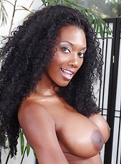 Curly-haired Ebony hottie with slender body and huge tits Nyomi Banxxx
