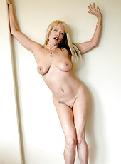 Blonde mature Natasha Skinski seduces everyone with her gentle pussy
