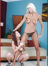 Playful flapper Bianca Noble loves pleasing her cute lesbian friend