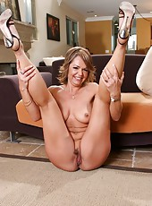 Pretty milf Kelly Leigh spreads her hot legs and shows her holes