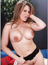 Nasty minx Elle Cee surely loves posing naked and jilling vagina