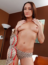 Spectacular flapper Michelle Lay takes off leopard panties and masturbates