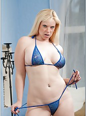 High-class mom Cameron Keys posing on camera and showing her secrets