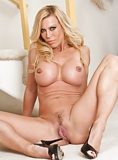 Tall and sexy pornstar Amber Lynn working with her boobies and fingering