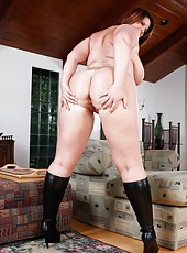 Fat and nasty babe Lisa Sparxxx masturbating without lingerie and having fun