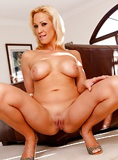 Winning wife Jessie Cash prefers showing big tits and stripping on camera