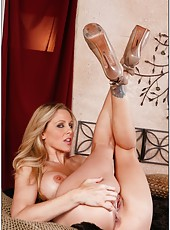 Blowjob done by outstanding porn model Julia Ann in her leaving room