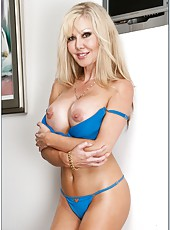 Tremendous milf model Cindi Sinderson is demonstrating her big tits