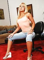 Milf blondie Nikki Kane is taking part in hot cumshot action