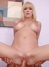 Stunning blonde milf in sexy tight jeans Houston Uluvpunani is fucking hard