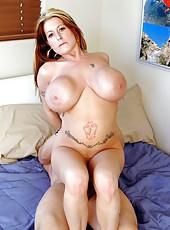 Fascinating tattooed babe Summer Sinn doing a hot titjob
