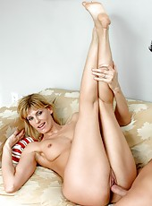 Hardcore fuck with stunning milf pornstar Darryl Hanah in the leaving room