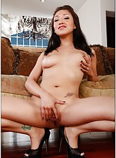 Topnotch Asian flapper Vicki Chase prefers working with big tasty daggers