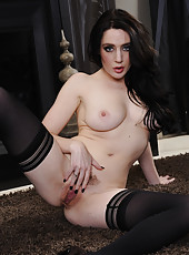 Arresting milf Samantha Bentley loves playing with big cocks and sucking them