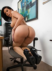 Rachel Starr demonstrates her awesome butt and fucks with her boss on the table