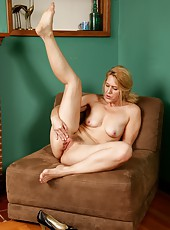 Topnotch MILF Trish enjoys her time by posing naked for the camera
