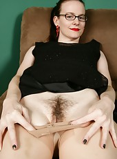 Raunchy MILF Jen having some fun posing naked for the camera with her cunt
